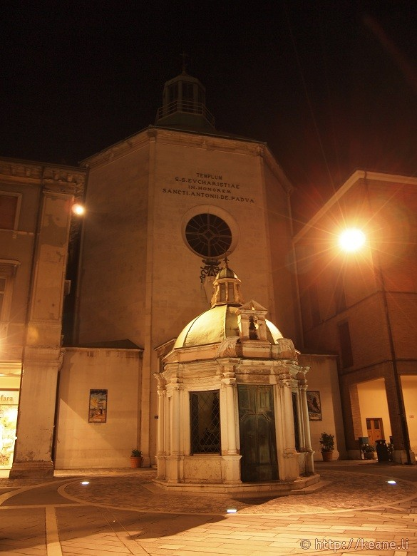 Tempietto di Sant'Antonio (1578) in Piazza Tre Martiri in Rimini's Centro Storico at night