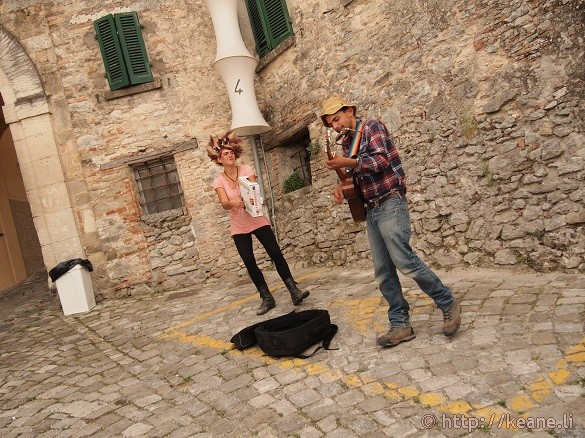 Artisti in Piazza - Bluegrass duo performing in the Pennabilli streets