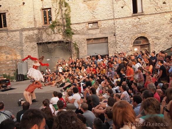 Artisti in Piazza - Dare d'Art performs comedy acrobatics